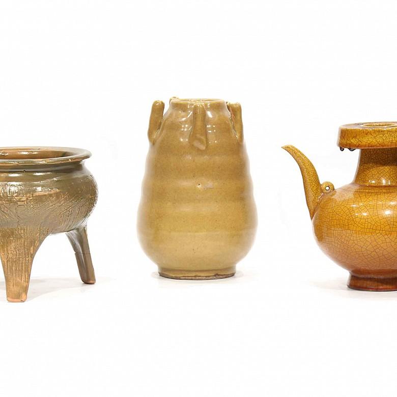 Lote de tres piezas de cerámica esmaltada, China.