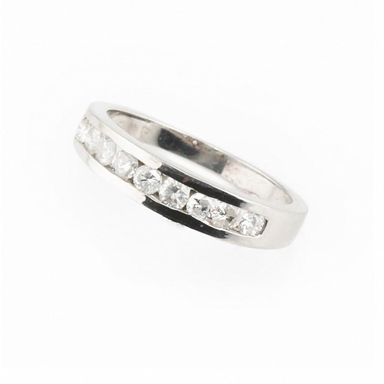 Media alianza con diamantes, en oro blanco.