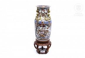 Jarrón de porcelana esmaltada con detalles en dorado, s.XX