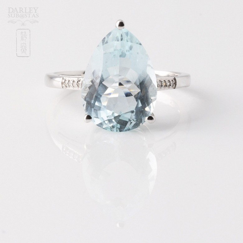 Ring in 18k White Gold with  4.19cts Aquamarine and Diamond