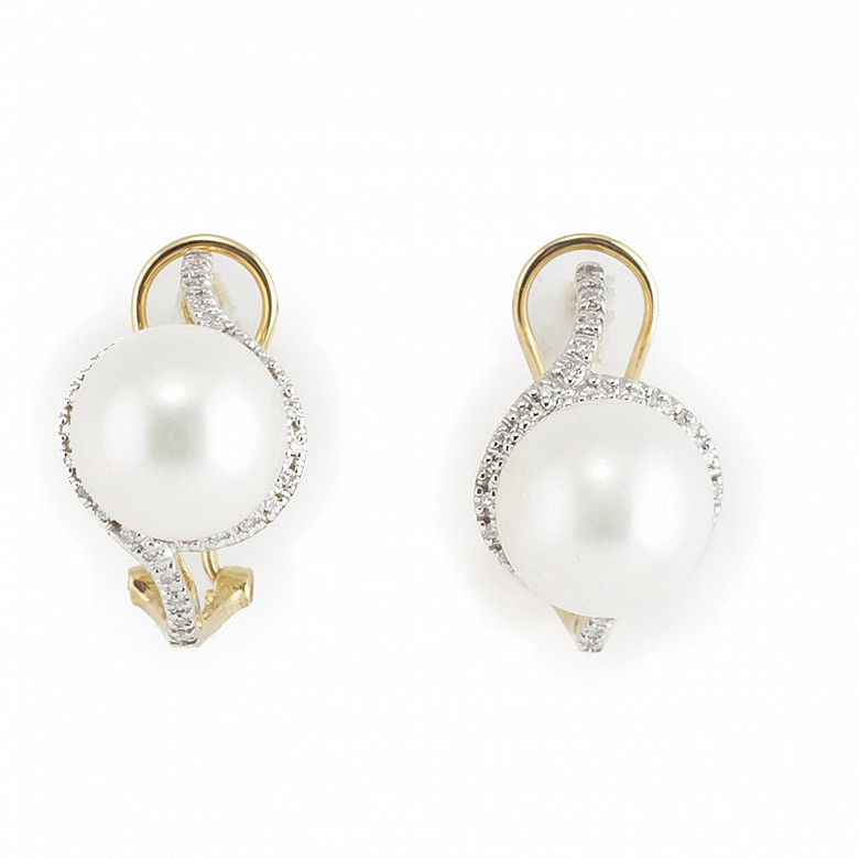 Earrings in 18k yellow gold with pearls and diamonds.