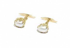 Gemelos con perlas blancas con forma de oval.