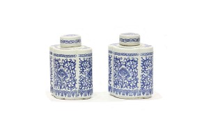 Pareja de botellas de cerámica china azul y blanco, s.XX Decoradas con orquídeas. 16 cm