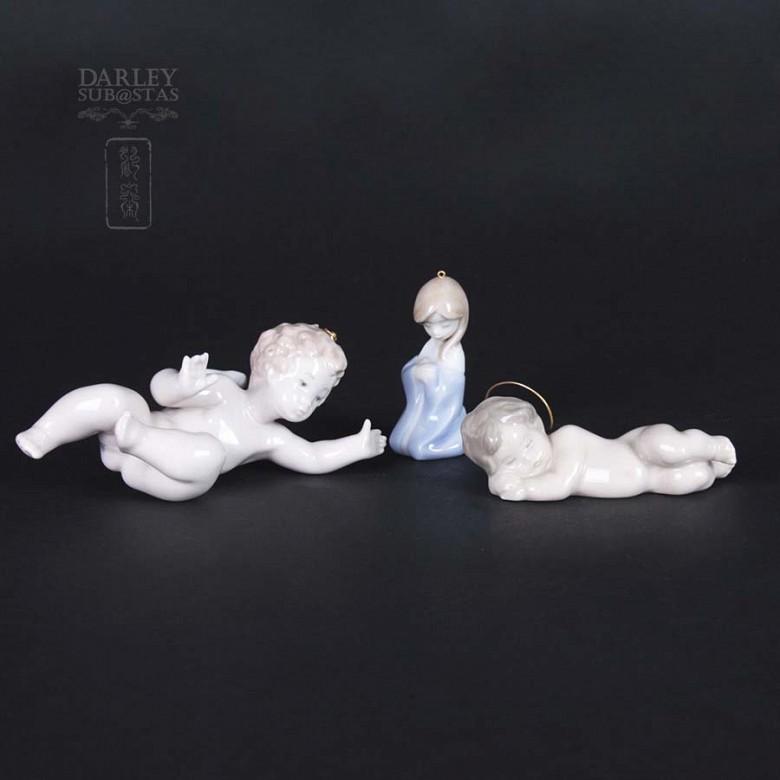 Three figures Manger