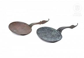 Lote de cucharas de bronce indonesio.