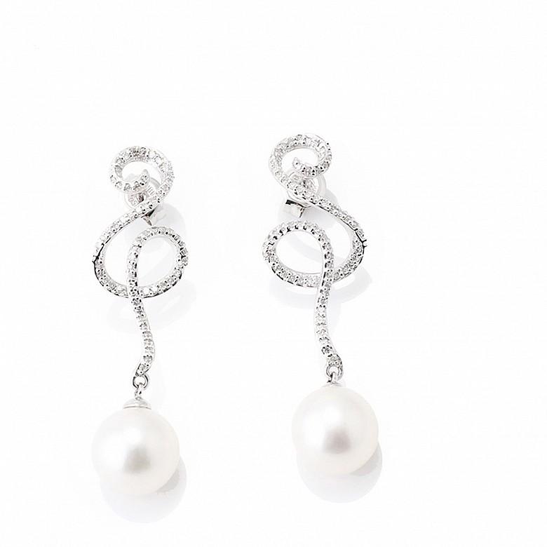 Pendientes de oro blanco de 18k, diamantes y perlas blancas.