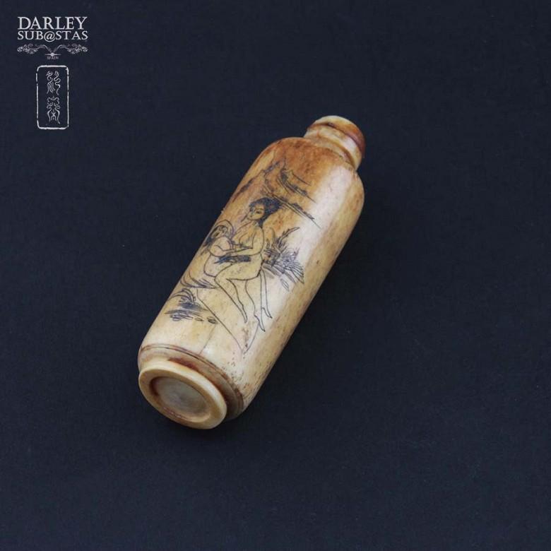 Botella de rape tallada en hueso - 3