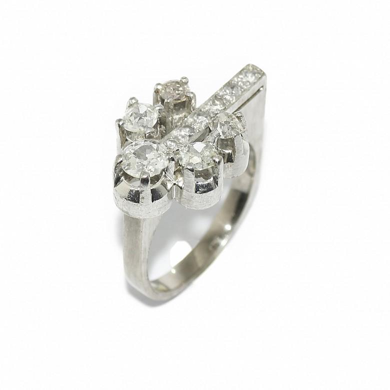 Anillo en platino con frente de diamantes de talla antigua