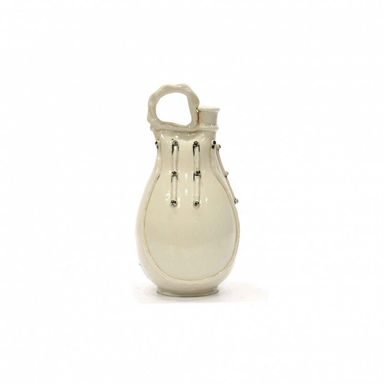 Jarra de cerámica china esmaltada en blanco siguiendo modelos de la dinastía Song.