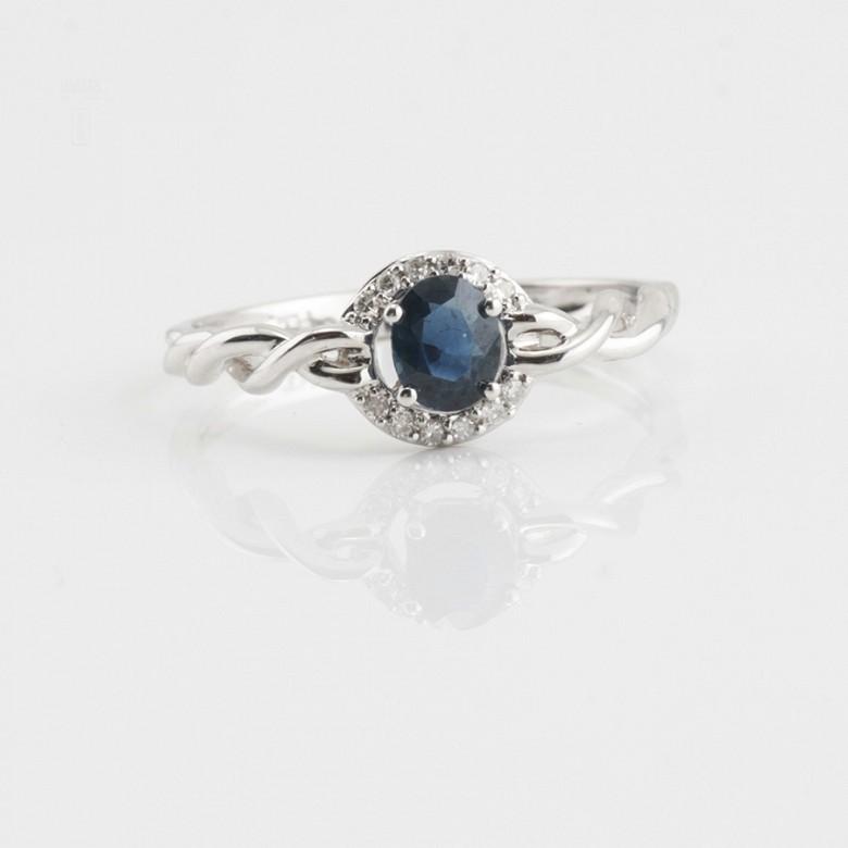 Sencillo anillo oro blanco 18k, zafiro y diamantes - 1