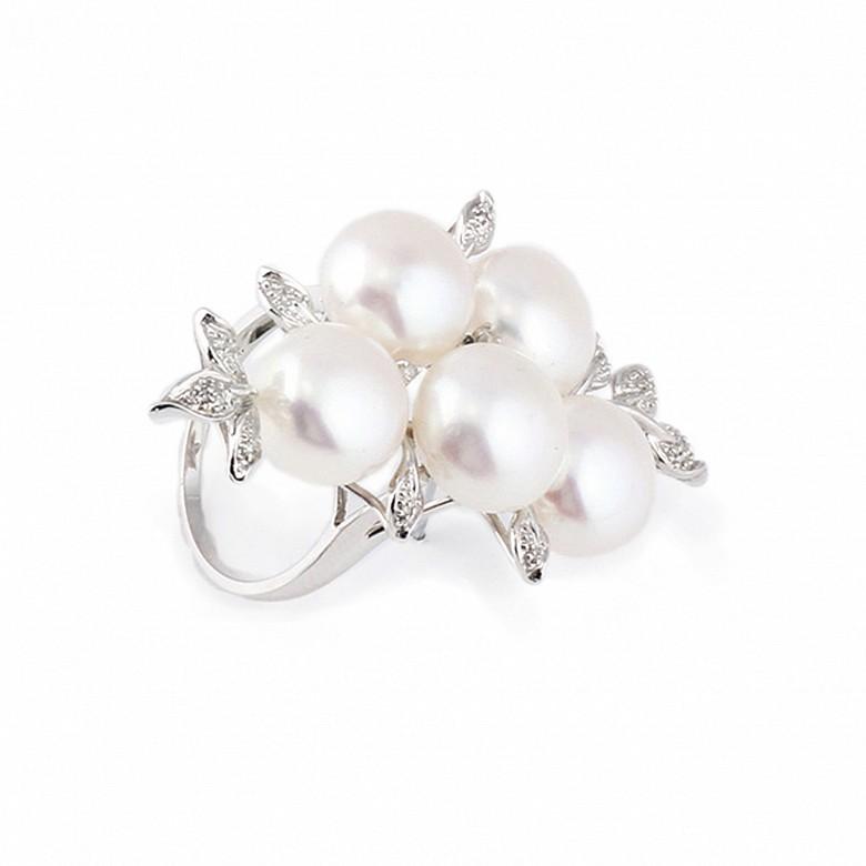 Anillo en oro blanco de 18k con perlas y 14 diamantes.