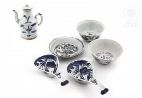 Lote de cerámica y porcelana china en azul y blanco.