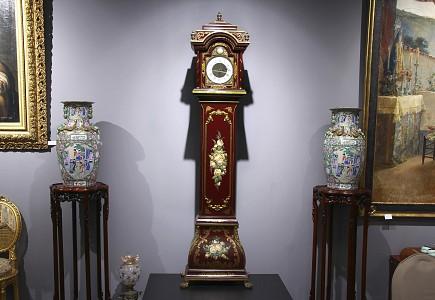 Reloj de caja alta lacado en rojo, med.s.XX