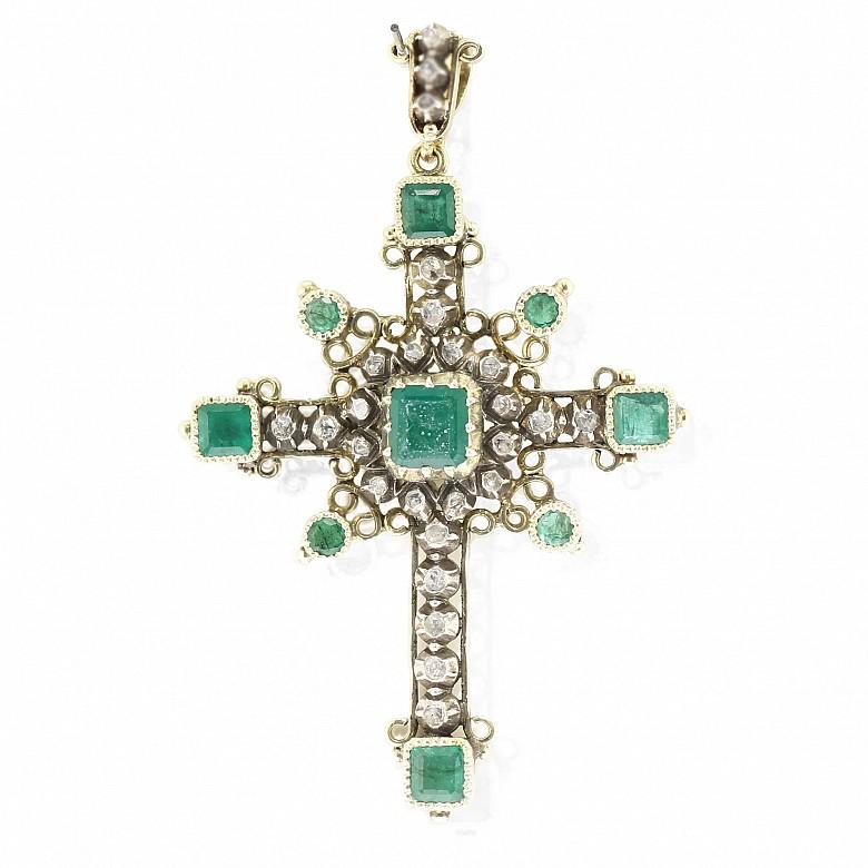 Cruz de oro amarillo de 18k, con diamantes y esmeraldas, s.XIX