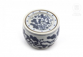 Porcelain box with cover.