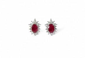 Pendientes cortos con rubíes y diamantes.