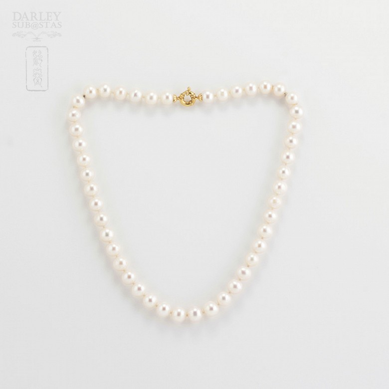 Pearl 9-10mm with 18k yellow gold clasp.