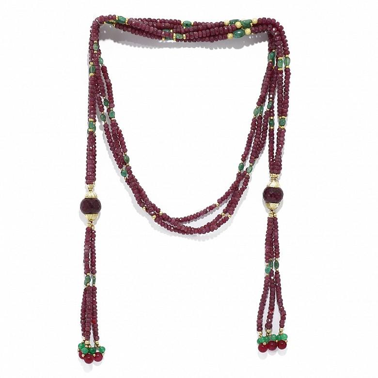 Gargantilla largo corbata o cinturón de rubíes y esmeraldas con tres tilas y borlones.