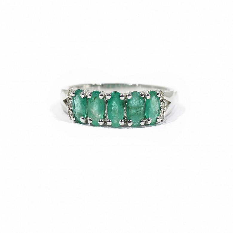 18k白金镶钻石配祖母绿戒指