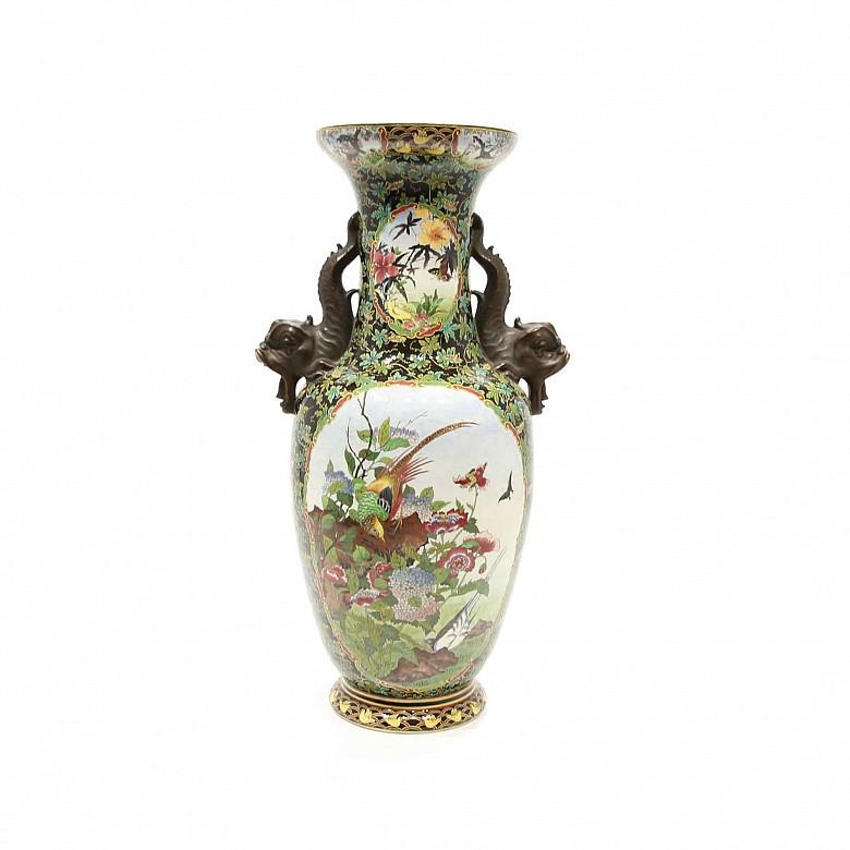 Large chinese porcelain glazed vase with fish handles on a base, 20th century.