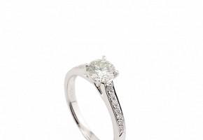 Solitario de diamantes con talla brillante.