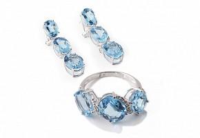 Juego de pendientes y anillo en oro blanco de 18k con topacios y diamantes