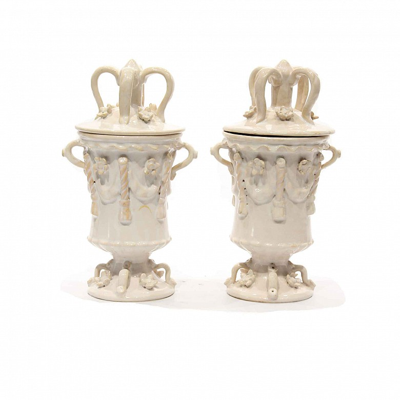 A pair of pottery vases with lid, white-glazed, Manises, 20th century.
