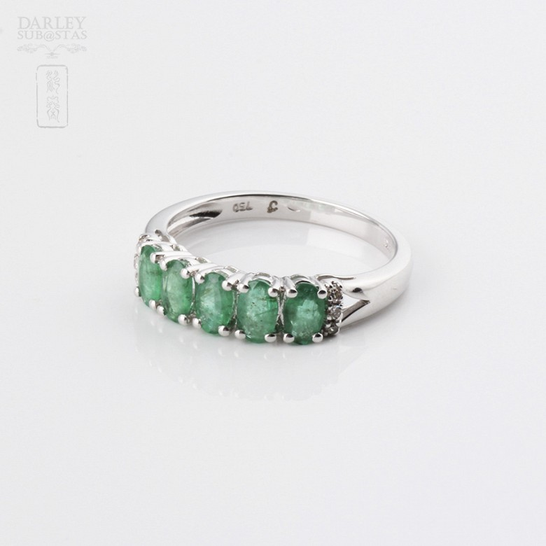 Ring in 18k white gold with emerald and diamonds. - 4