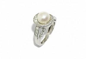 Anillo chevalier de platino con una perla central y brillantes