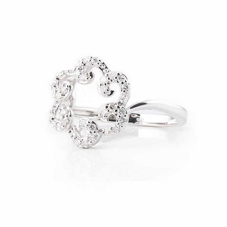 Anillo en oro blanco de 18k y diamantes
