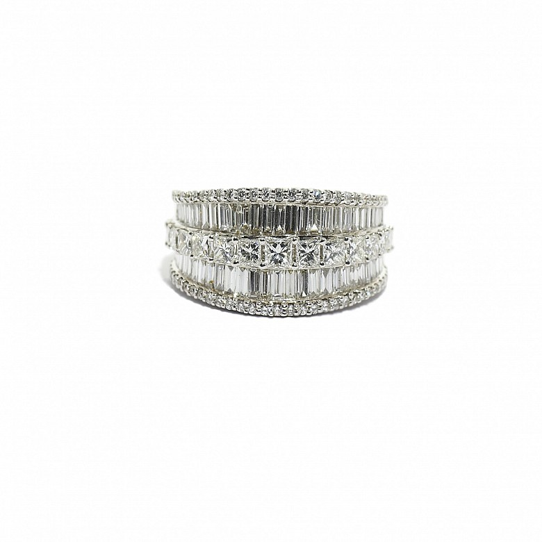 Anillo en oro blanco de 18k con diamantes.
