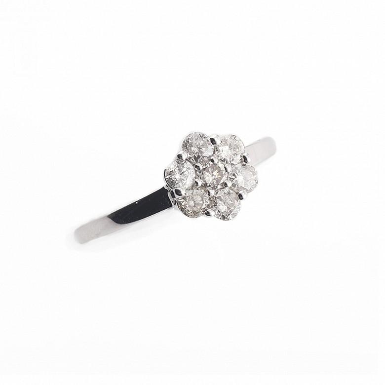 Anillo con diamantes de 0,50ct en oro blanco de 18k.