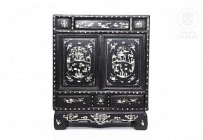 Pequeño armario chino lacado con incrustaciones de nácar, dinastía Qing.