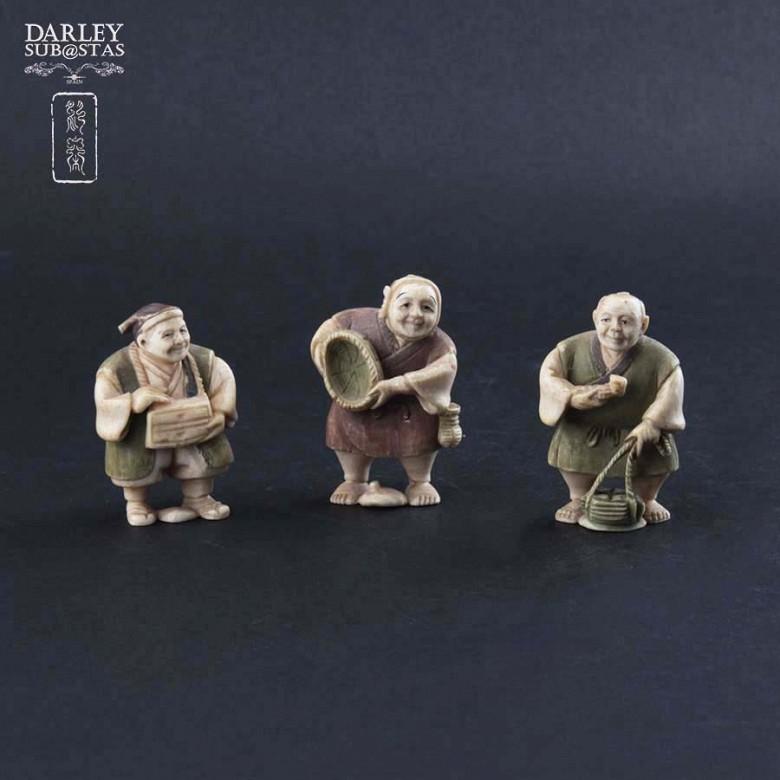 一组三个人物象牙摆件