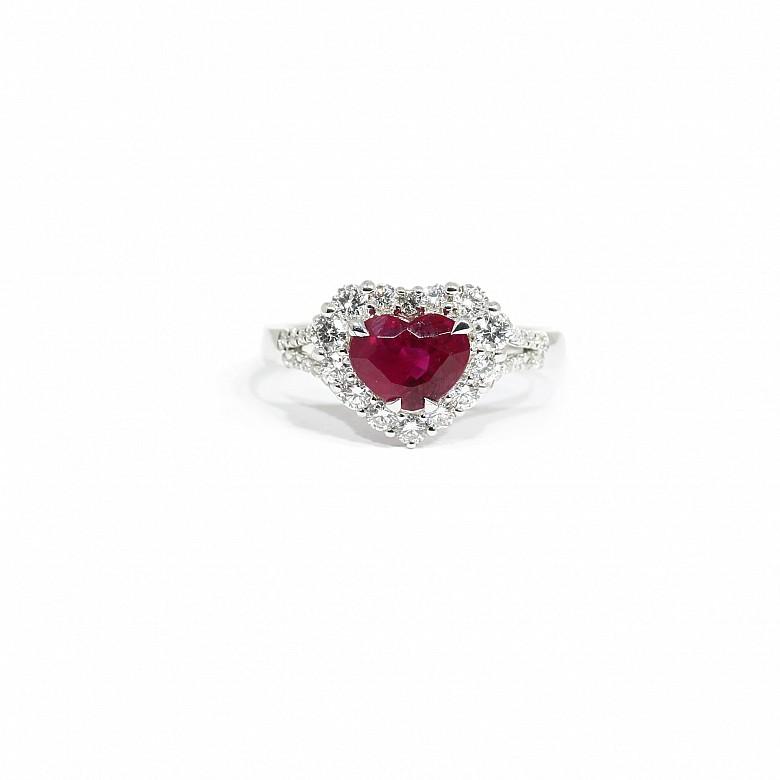 Anillo en oro blanco de 18k con rubí y diamantes