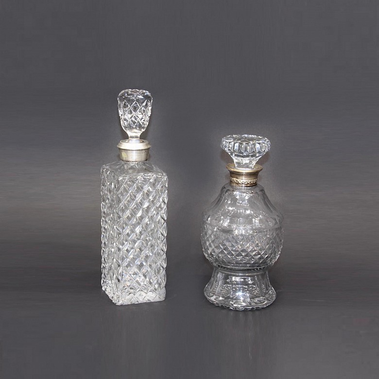 Conjunto de dos licoreras de vidrio tallado, con collar de plata, pps.s.XX