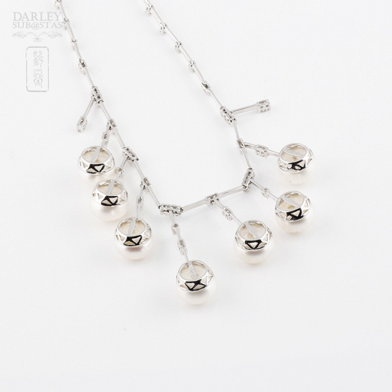 Collar con perlas blancas y diamantes en oro blanco de 18k - 1