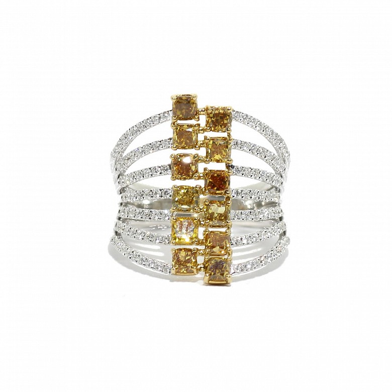 Anillo en oro blanco de 18k con diamantes fancy.