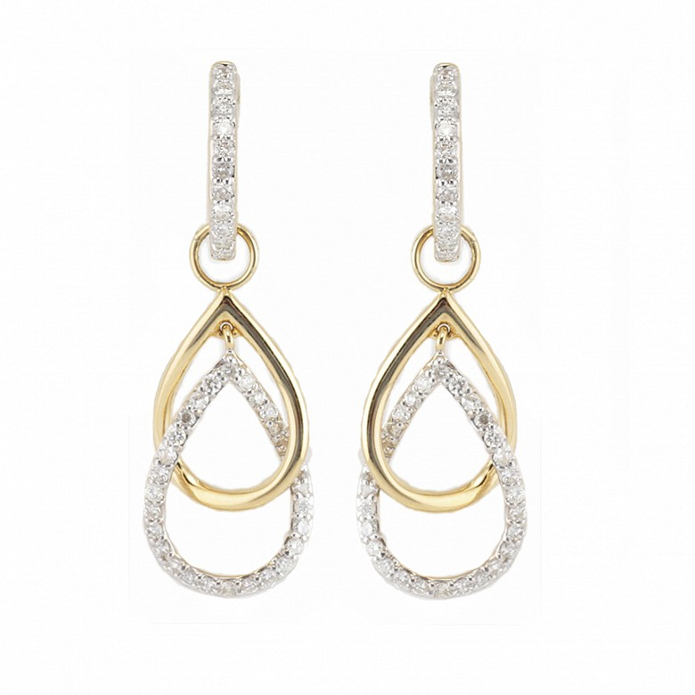 Pair of earrings with movement, in 18k yellow gold and 74 diamonds total weight 0.70cts.