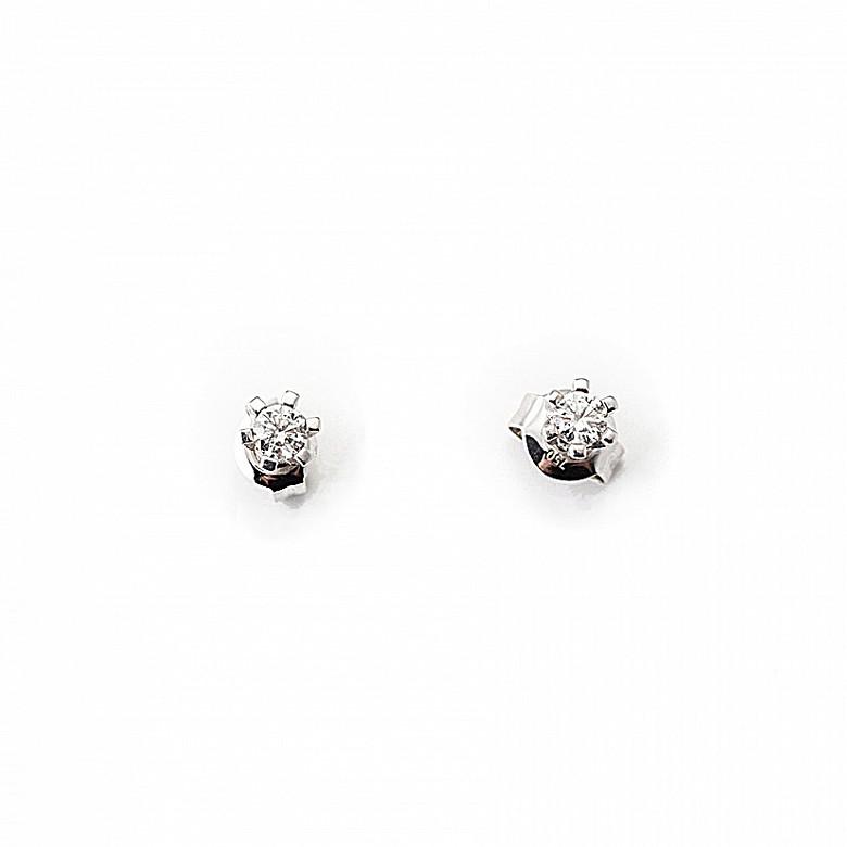 Pendientes en oro blanco de 18k y diamantes, modelo dormilona.