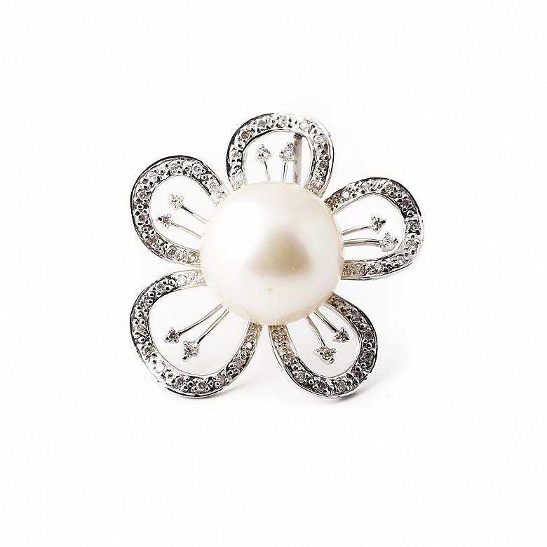 Colgante en oro blanco de 18k y 63 diamantes.