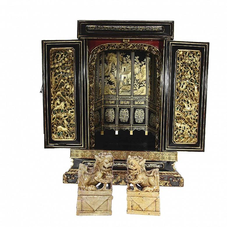 Armario pequeño de madera tallada y pareja de esculturas de Perros Foo