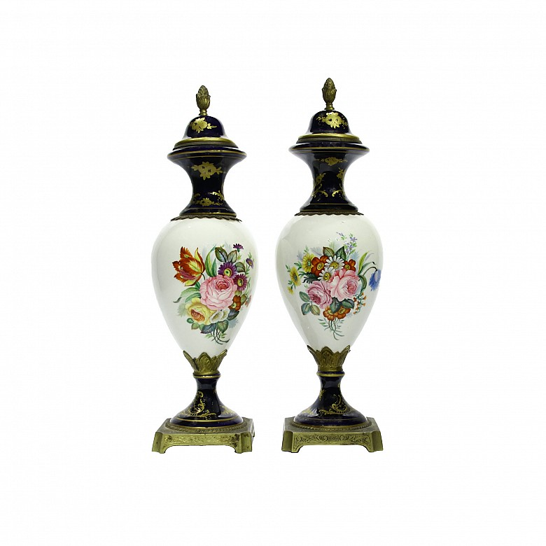 Pair of vases with porcelain lid following Sèvres models. s.XX