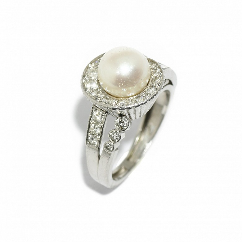 Chevalier platinum ring with a central pearl and brilliant