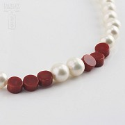 Necklace with pearls Natural and coral in yellow gold