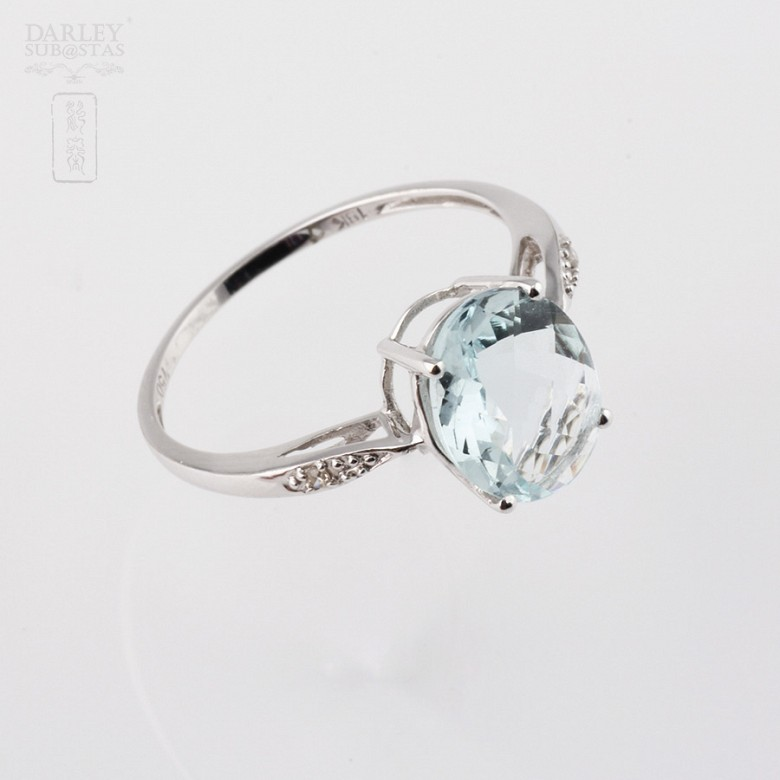 Ring with Aquamarine 1.98 cts and diamonds in 18k white gold