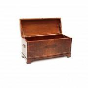 Baúl de madera lacada, s.XX
