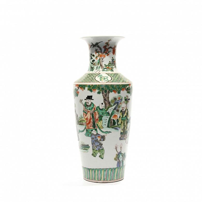 Jarrón chino familia verde decorado con escenas de sabios.