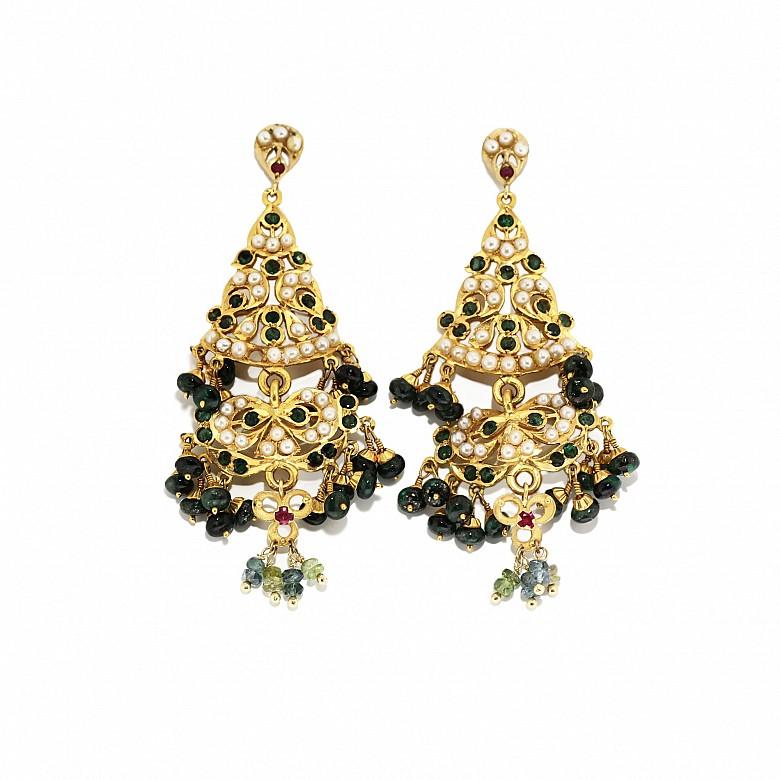 Pendientes en oro amarillo de 22k con esmeraldas y perlas.