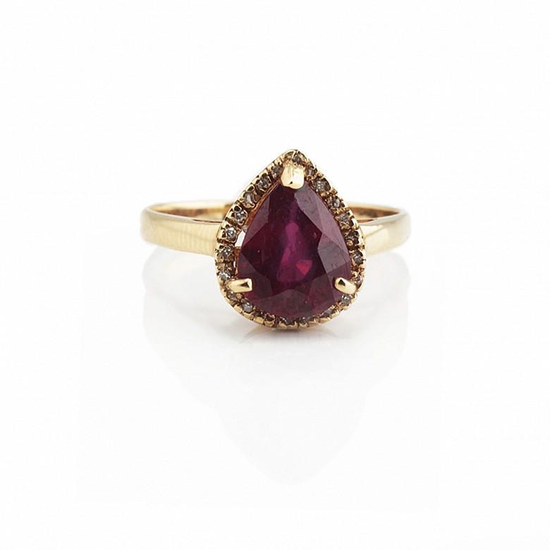 Anillo con rubí y diamantes en oro amarillo 18k.
